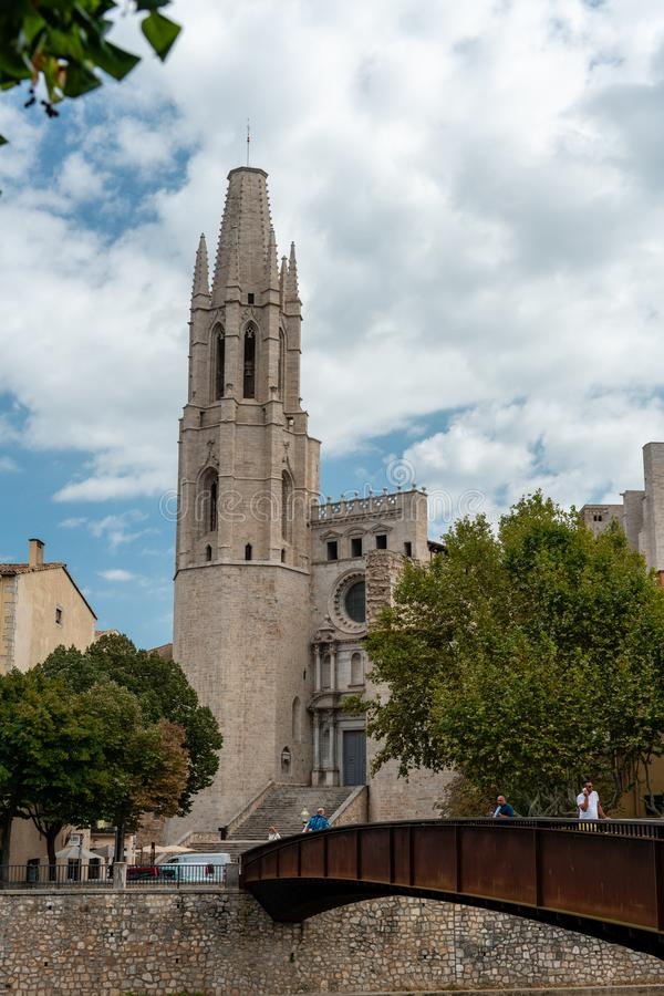 La chiesa collegiale di Sant Felix, come visto dal fiume Onyar, Girona, Spagna immagine stock