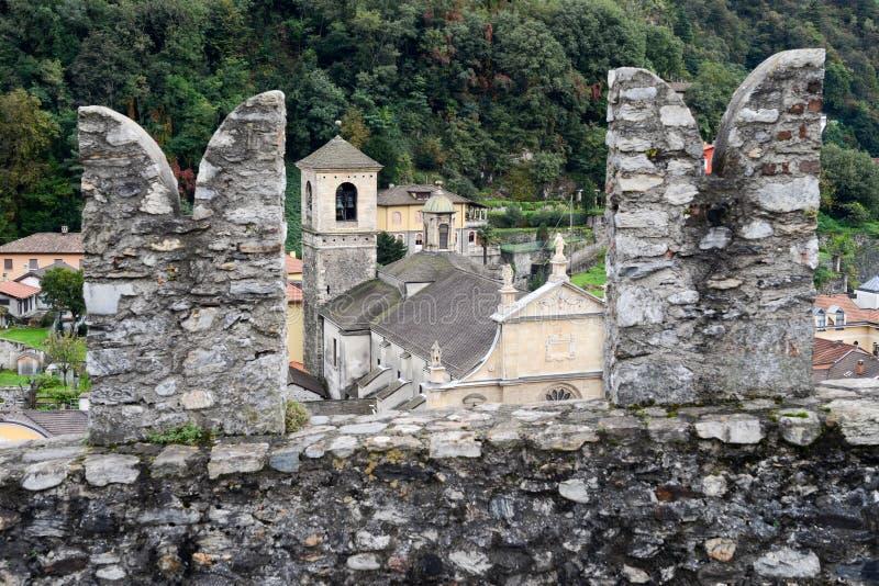 La chiesa collegiale e la fortificazione Castelgrande a Bellinzona sul fotografia stock
