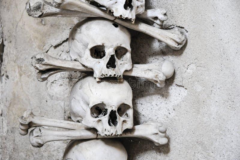 La chiesa dell'osso a Kutna Hora - 2 cranio e tibie incrociate fotografia stock