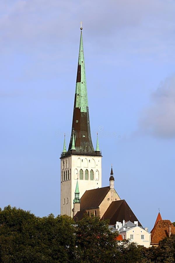 La chiesa della fine della st Olaf di Oleviste su un giorno nuvoloso, Tallinn, Estonia fotografia stock