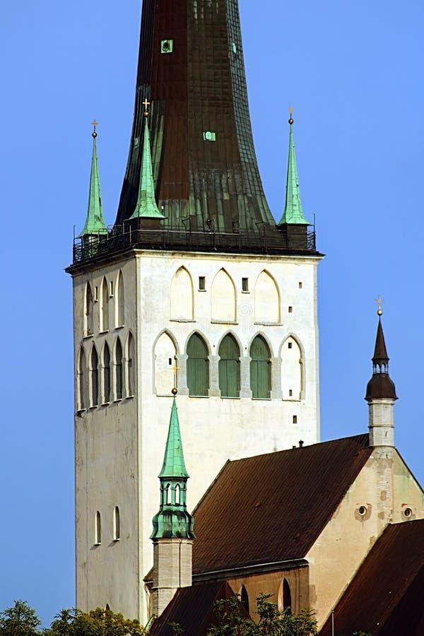 La chiesa della fine della st Olaf di Oleviste su un giorno nuvoloso, Tallinn, Estonia fotografia stock libera da diritti