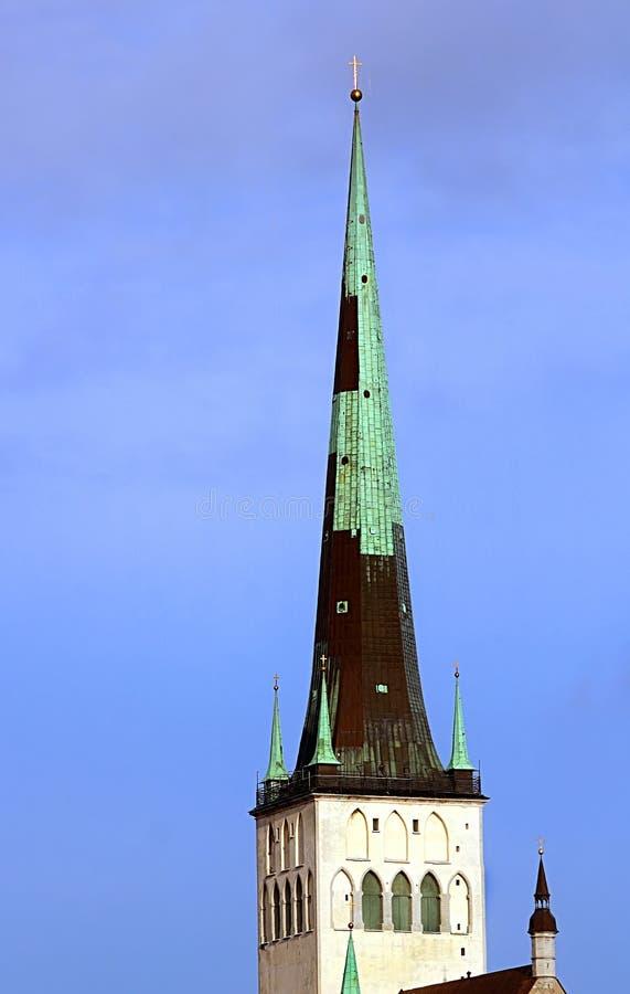 La chiesa della fine della st Olaf di Oleviste su un giorno nuvoloso, Tallinn, Estonia immagine stock libera da diritti