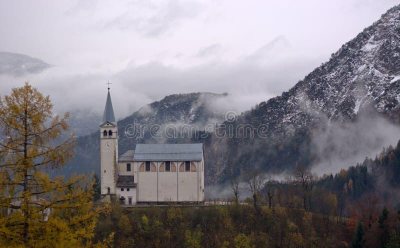 La chiesa della montagna di Valle Di Cadore nelle dolomia di Belluno in Veneto, Italia immagine stock libera da diritti