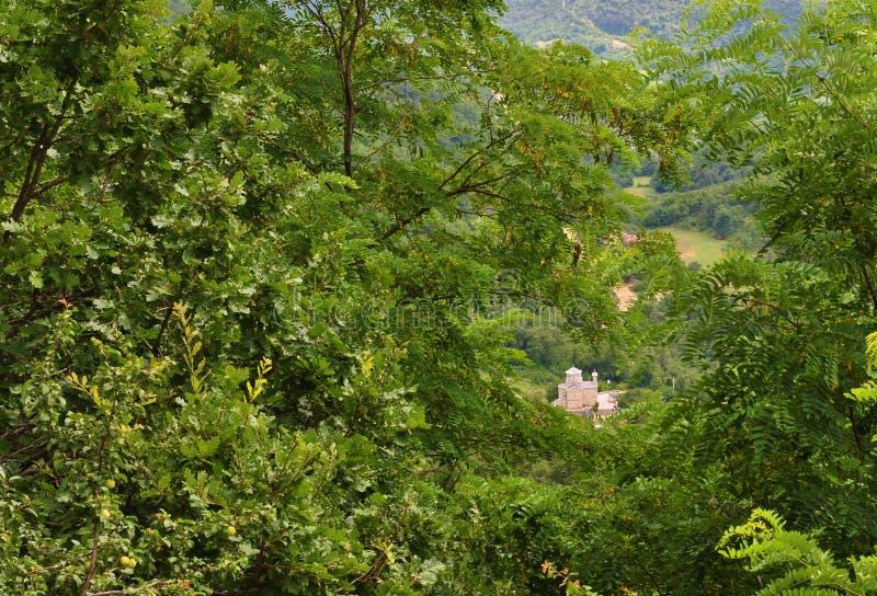 La chiesa della st Stanko sotto il monastero di Ortog - valle di Bjelopavlici fotografia stock libera da diritti