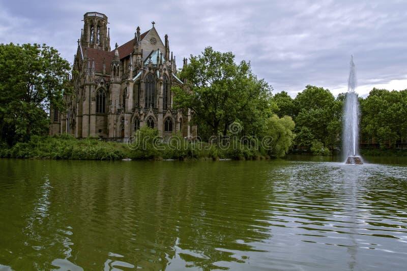 La chiesa di Johanneskirche di St John, nel lago Feuersee di fuoco ed ora è una delle attrazioni turistiche più importanti Stu immagini stock