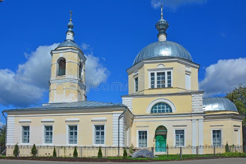 La chiesa di Nicholas The Wonderworker con belltower nella città di Toržok fotografia stock