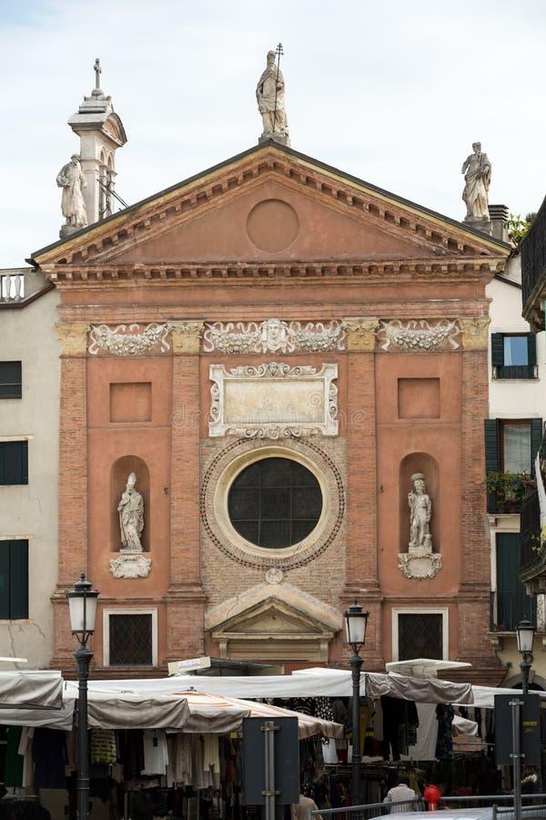 La chiesa di papa di St Clement I è una costruzione religiosa medievale che trascura i Signori di dei della piazza a Padova fotografia stock