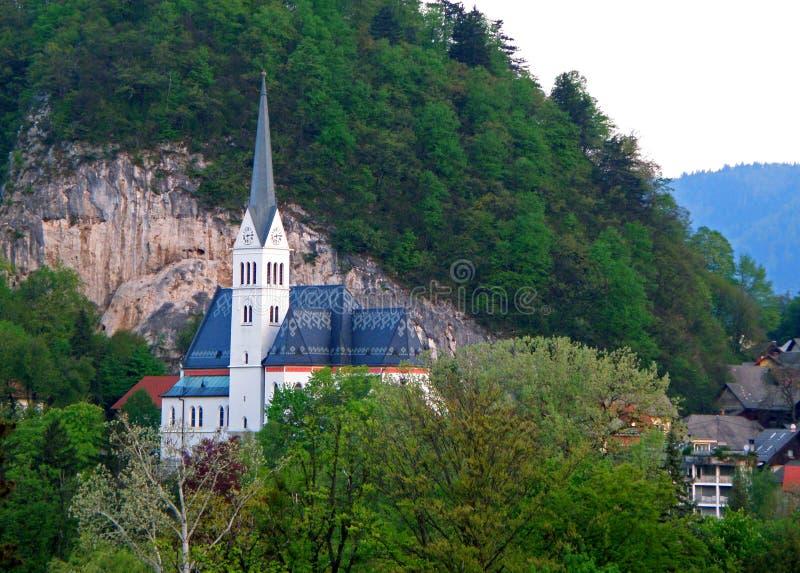 La chiesa di parrocchia del ` s di St Martin sulla collina dal lago ha sanguinato della Slovenia fotografie stock libere da diritti