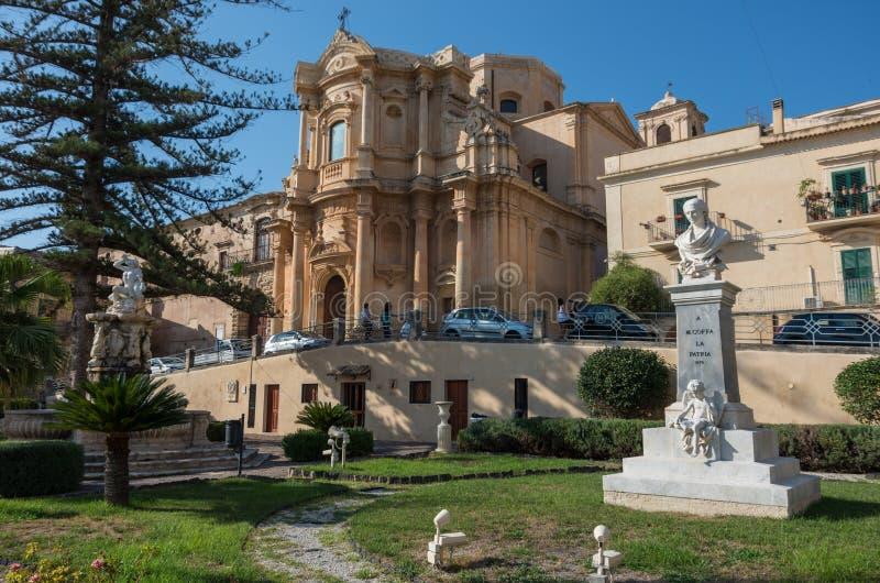 La chiesa di San Domenico e del ` Ercole del fontain D in Noto, Sicilia fotografia stock libera da diritti