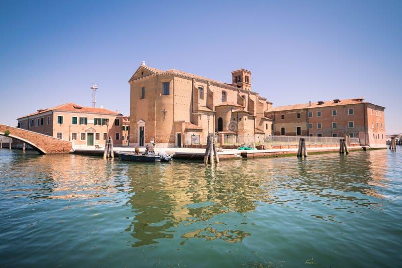 La chiesa di St Dominic ha costruito su un'isola in Chioggia, Italia fotografia stock