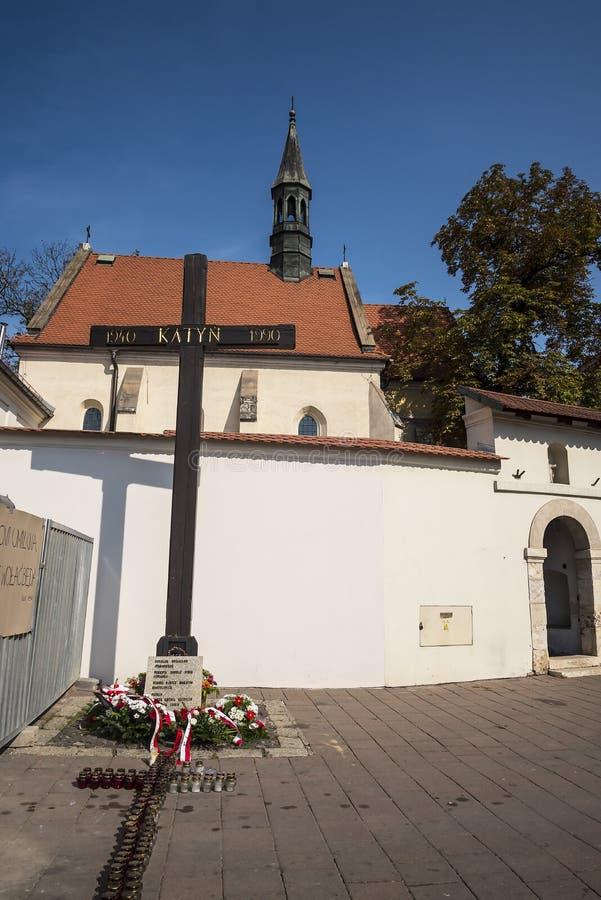 La chiesa di St Giles e l'incrocio di Katyn a Cracovia Polonia fotografia stock libera da diritti