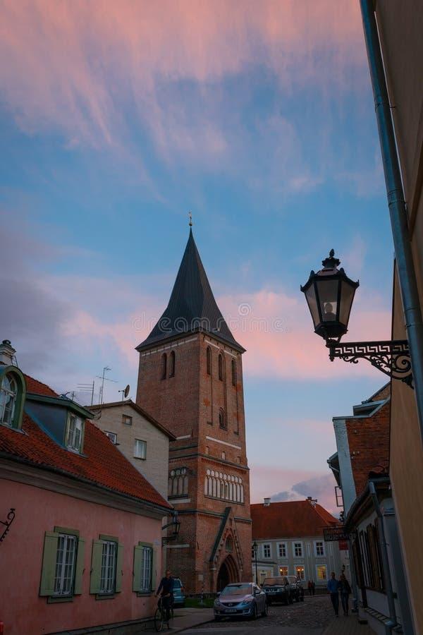 La chiesa di St John in Tartu a penombra di estate con il bello cielo fotografie stock libere da diritti
