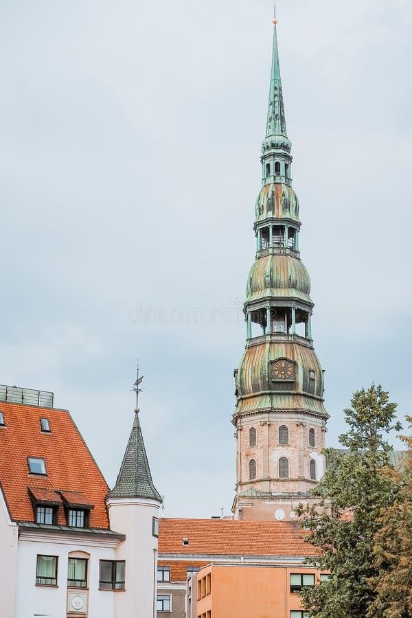 La chiesa di St Peter è una delle attrazioni principali della città di Riga La più vecchia costruzione religiosa fotografie stock