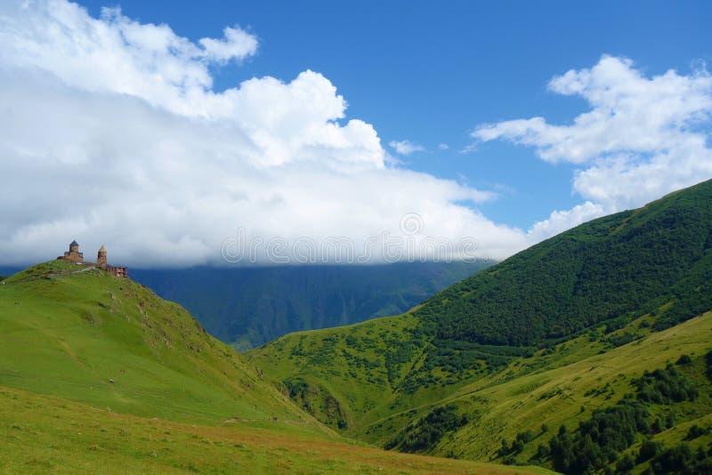 La chiesa di trinità antica di Gergeti Tsminda Sameba in montagne di Caucaso vicino monta il ghiacciaio di Gergeti e di Kazbek, p fotografia stock libera da diritti