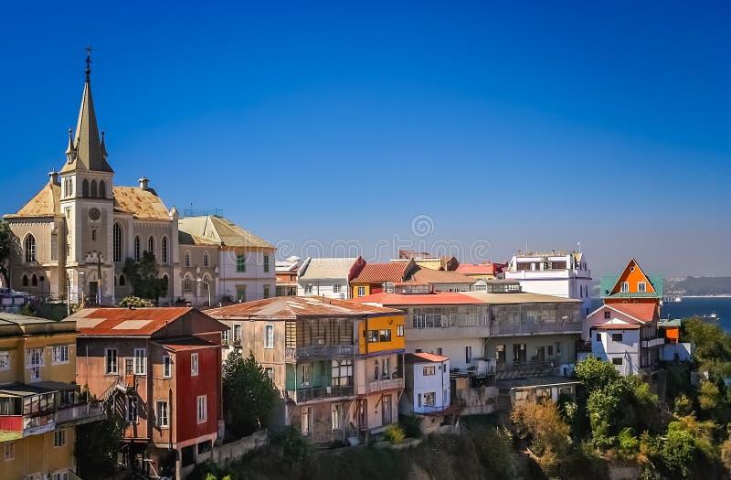 La chiesa ed il pendio di collina si dirige in un sobborgo di Valparaiso immagine stock libera da diritti