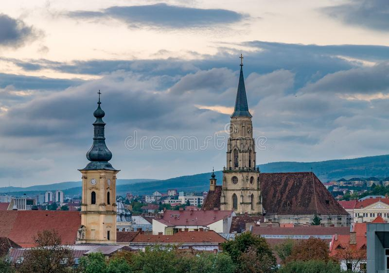 La chiesa francescana e la chiesa di St Michael a Cluj-Napoca, Romania immagine stock