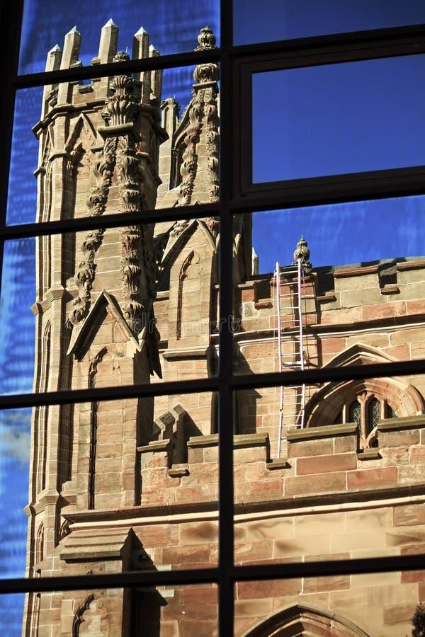 La chiesa gotica di stile di Glasgow ha riflesso nelle finestre delle costruzioni moderne fotografie stock libere da diritti