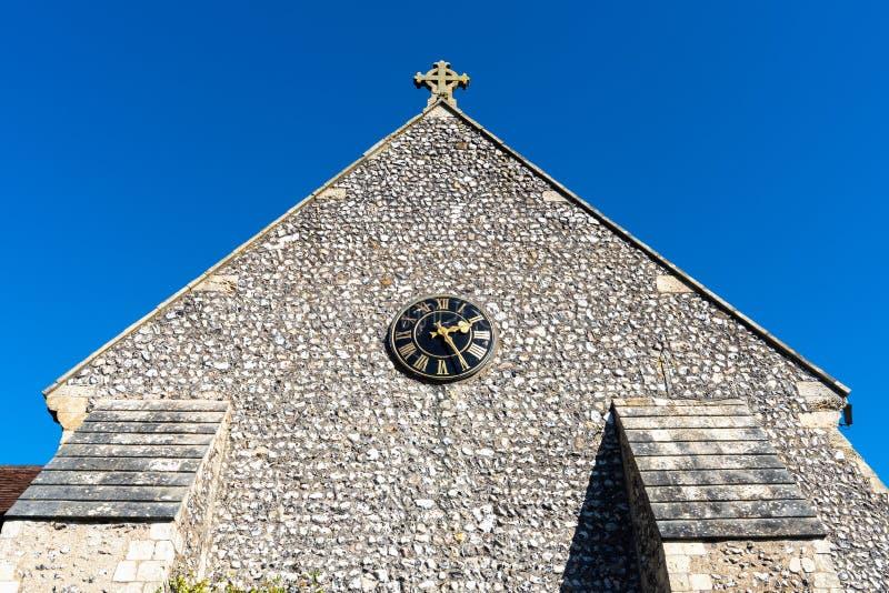 La chiesa, il cimitero e l'incrocio di St Margaret firmano dentro il villaggio di Rottingdean, East Sussex, Inghilterra fotografie stock libere da diritti