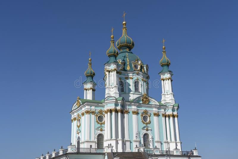 La chiesa luminosa di St Andrew torreggia Kiev, Ucraina fotografie stock libere da diritti