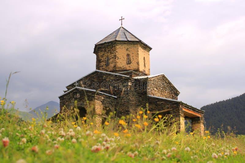 La chiesa nel villaggio di Shenako, regione di Tusheti (Georgia) fotografie stock
