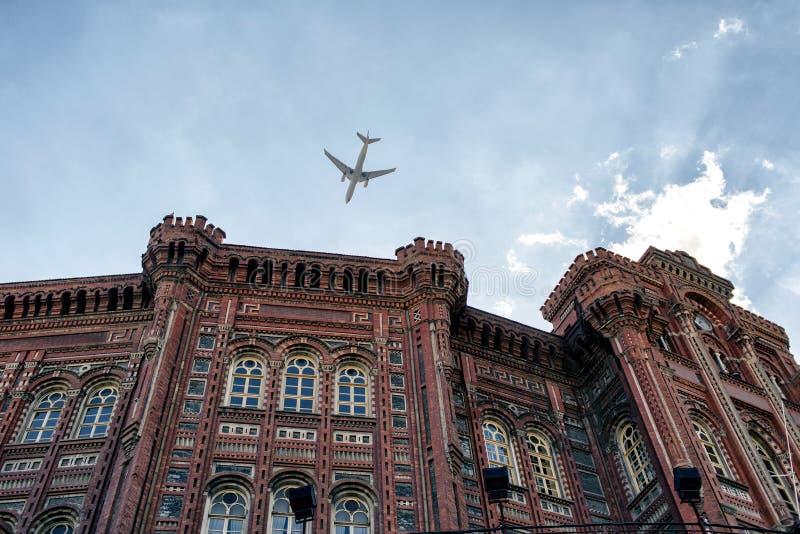 La chiesa storica e un volo spianano a Costantinopoli fotografie stock libere da diritti