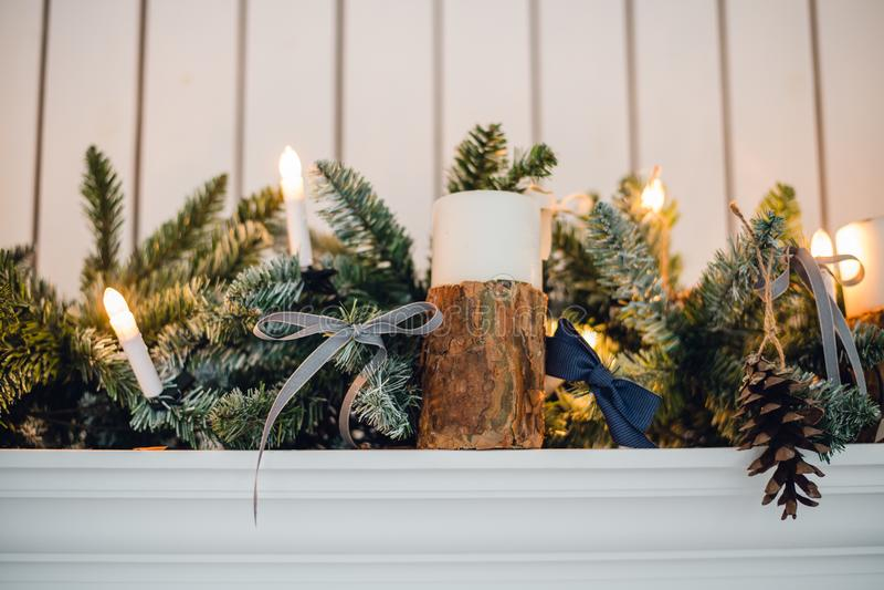 La chimenea de la Navidad, Navidad enciende la decoración, ramas de árbol, velas y pedazos del pino fotos de archivo