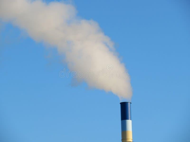 La chimenea que lanzaba una gran cantidad de humo perdió en la atmósfera fotos de archivo