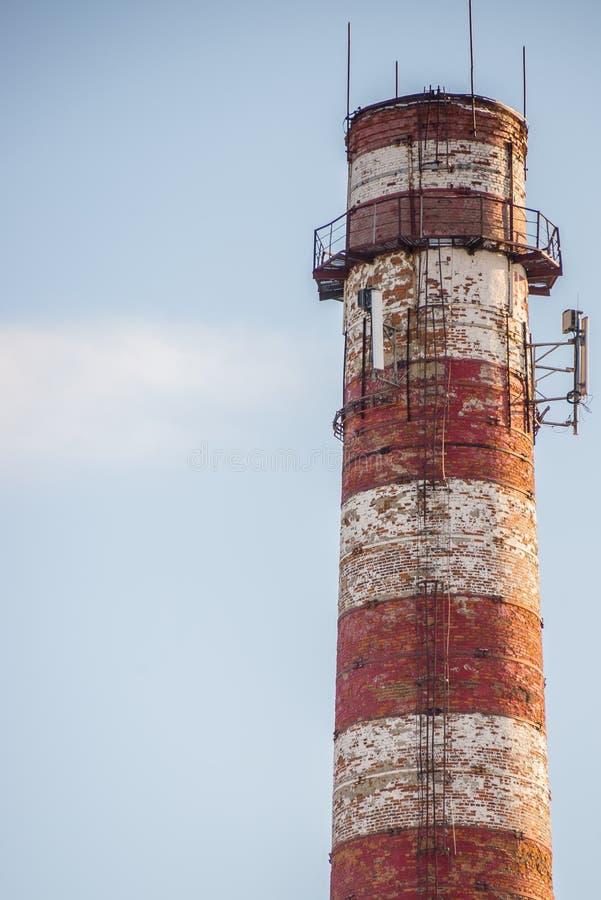 La chimenea vieja de la metalurgia de la planta imágenes de archivo libres de regalías