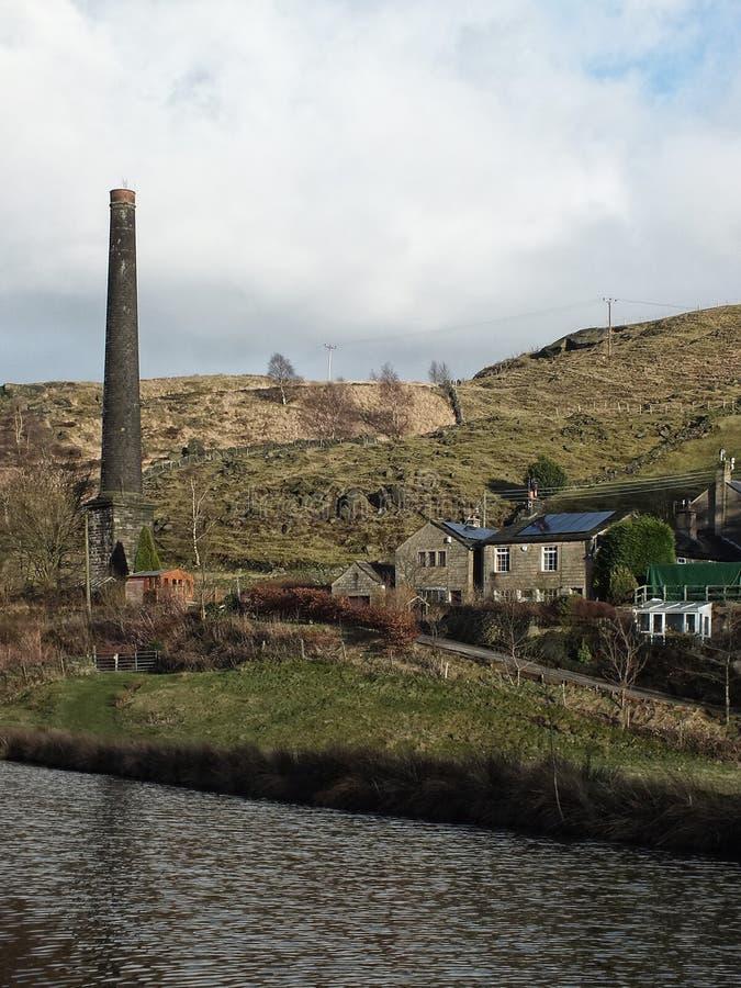 La chimenea y los cortijos viejos del molino a lo largo del canal del rochdale cerca todmorden West Yorkshire imagenes de archivo