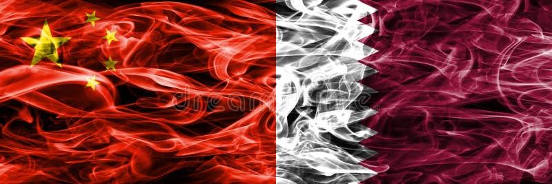 La Chine contre des drapeaux de fumée du Qatar placés côte à côte illustration libre de droits