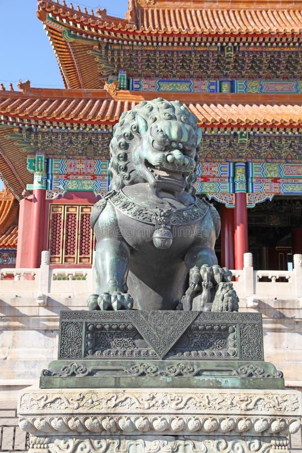 La Chine Pékin La statue en bronze de lion dans Cité interdite image stock