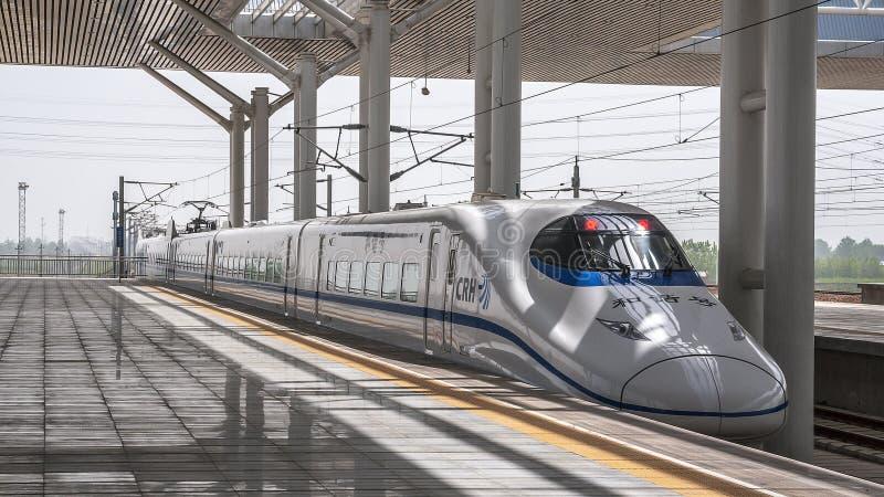 La Chine, XI ` La gare ferroviaire du ` s de ville ` XI un train à grande vitesse photos libres de droits