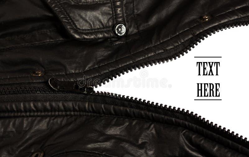 La chiusura lampo nera del rivestimento aperta su bianco ha isolato il fondo fotografia stock libera da diritti