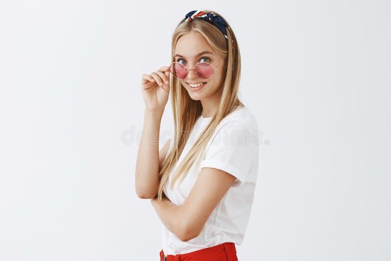 La chose mignonne dans le magasin a attrapé des filles observent Femme féminine attirante et élégante avec les cheveux justes dan photo stock