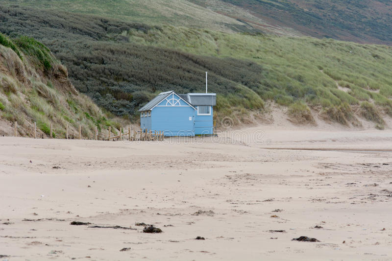 La choza del salvavidas en Woolacombe enarena la playa cerrada para el invierno fotografía de archivo libre de regalías