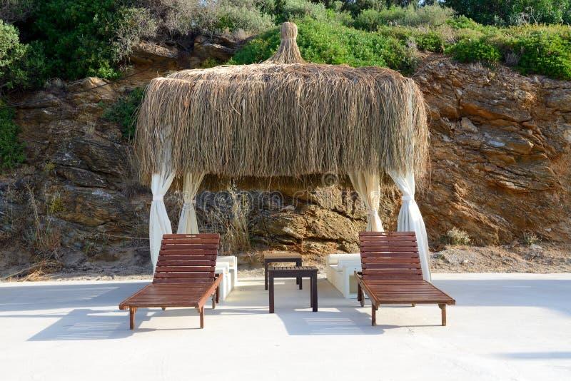 La choza en la playa en el centro turístico turco fotografía de archivo