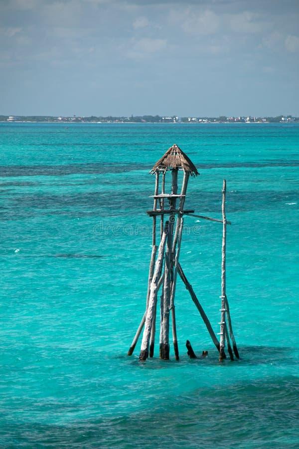 La choza/la cabina de madera de la torre de la pesca en la isla mexicana llamó a Isla Mujeres Island de las mujeres imagen de archivo libre de regalías