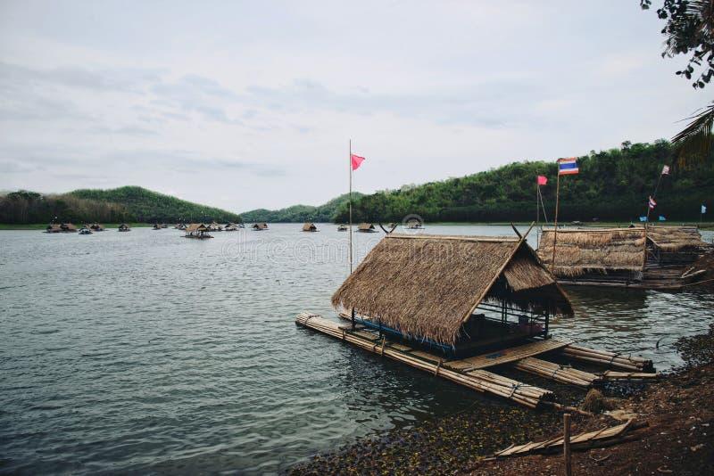 La choza transporta en balsa en el lago en las montañas: Loei, Tailandia imagenes de archivo