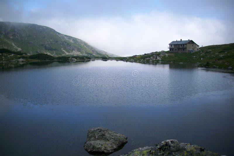 La choza vieja de la montaña del lago fish Siete lagos Rila fotografía de archivo