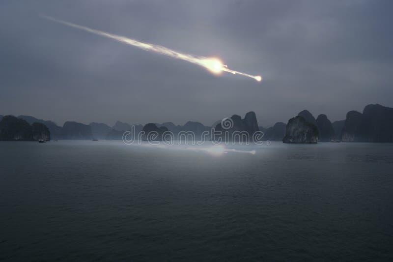 La chute d'une météorite en mer images stock