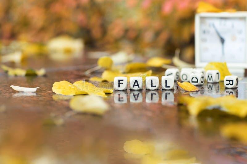 La CHUTE de Word se compose de lettres en bois photographie stock