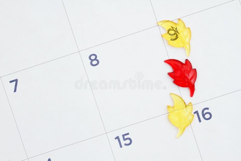 La chute part sur un calendrier mensuel image stock
