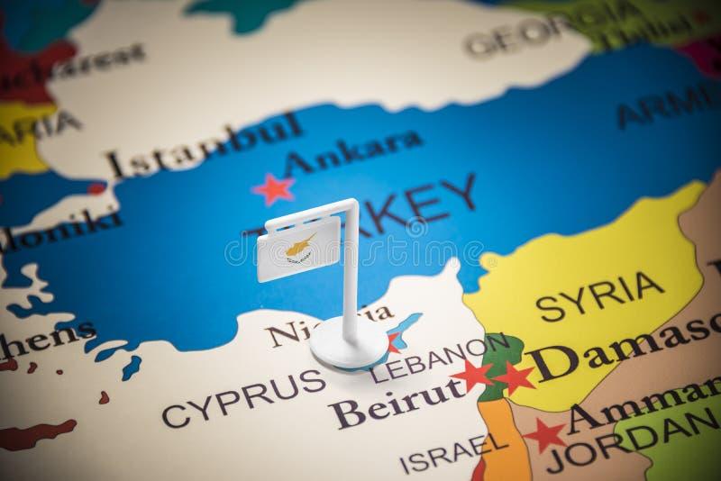 La Chypre a identifié par un drapeau sur la carte photo stock