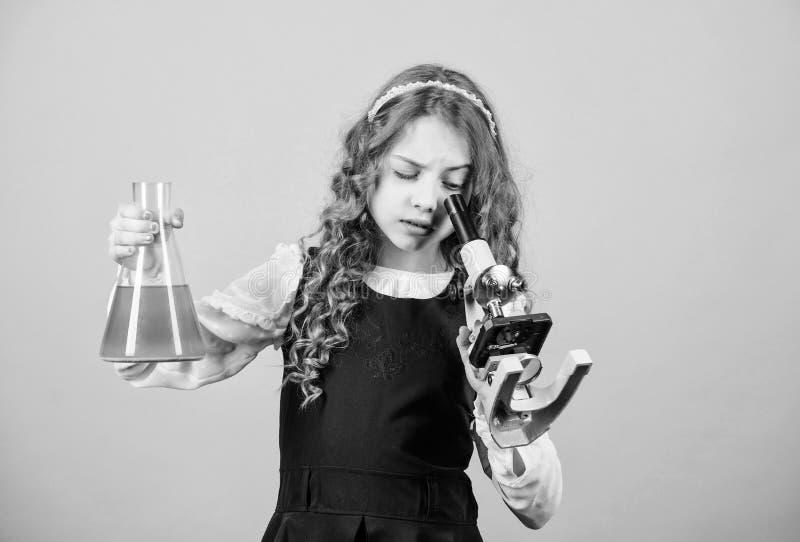 La ciencia es yo. lección de bilogía de estudio infantil. Descubra el futuro. educación y conocimientos. investigación cientí foto de archivo