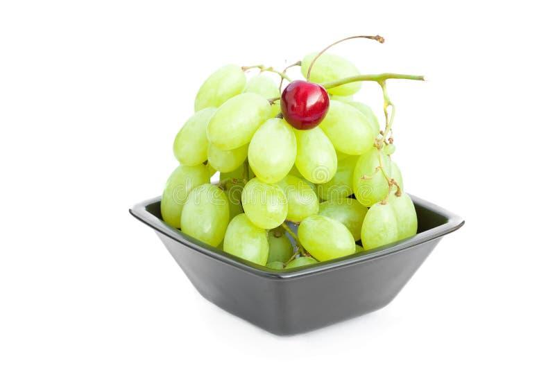 La ciliegia dell'uva nella ciotola è isolata su bianco fotografie stock
