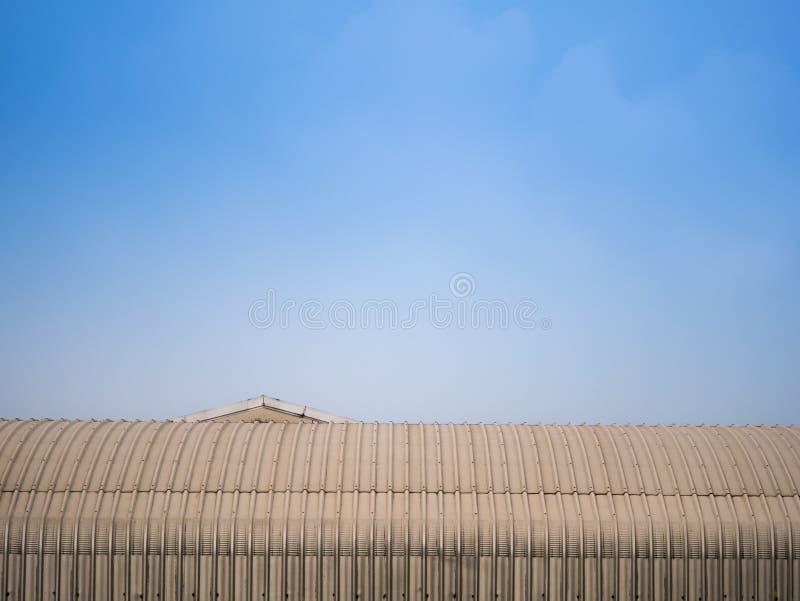La cima curva tetto della fabbrica è un triangolo immagini stock libere da diritti