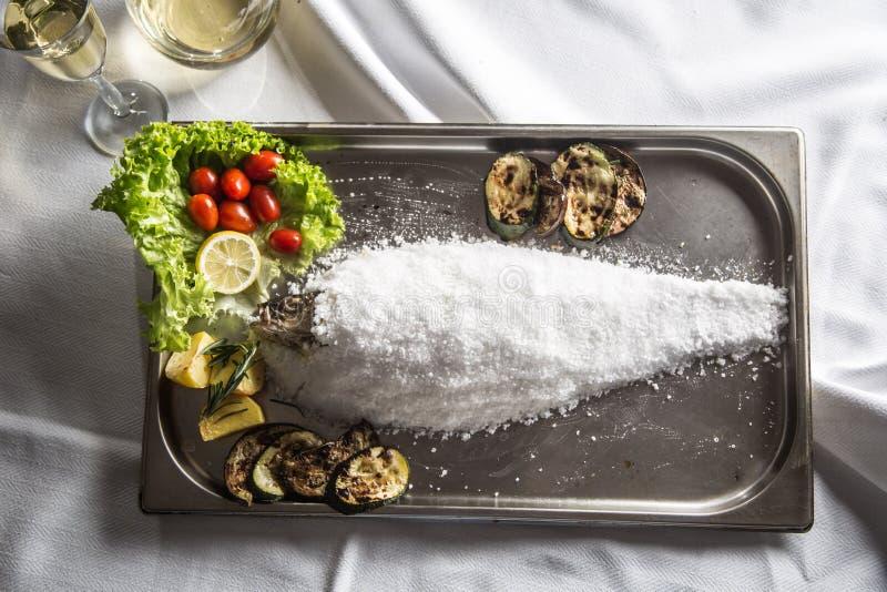 La cima dell'italiano tradizionale di vista o del pesce mediterraneean ha arrostito la i immagine stock libera da diritti