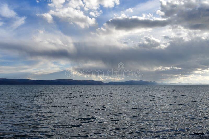 La Cina Grandi Laghi del Tibet Lago Teri Tashi Namtso nella sera di estate sotto un cielo nuvoloso fotografia stock libera da diritti