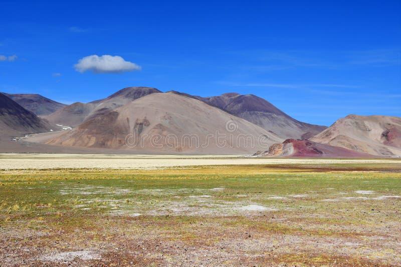 La Cina, la struttura delle montagne tibetane sul modo al lago Mershung di estate nel giorno soleggiato immagine stock