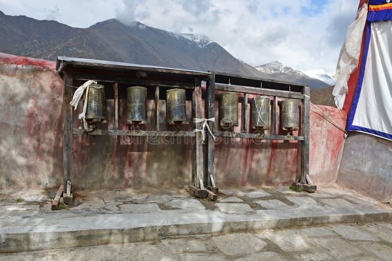 La Cina, Tibet, Lhasa Il monastero antico Pabongka Ruote di preghiera o rotoli tibetani del ` s di preghiera dei buddisti fedeli immagine stock libera da diritti